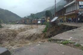 हिमाचल प्रदेश में भारी बारिश से मची तबाही, भूस्खलन में दबे पांच लोग