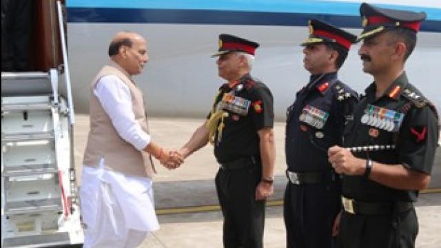 रक्षामंत्री राजनाथ ने किया मध्य कमान का निरीक्षण, जवानों के करतब देखे