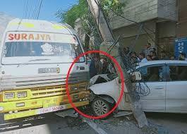 अनियंत्रित होकर कार से टकराई सवारियों से भरी बस