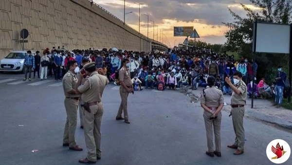 दिल्ली के बस अड्डों पर हजारों मजदूरों की भीड़